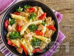 Салата с макарони, пиле и пресни зеленчуци (броколи и чушки) - снимка на рецептата